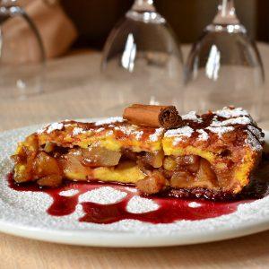 Torta di mele e pere calda con vino caramellato alla cannella